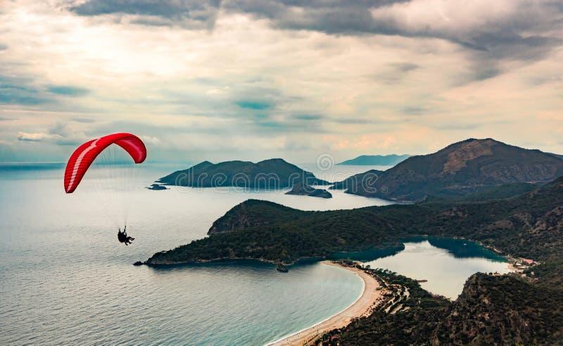 在Oludeniz海滩和海湾的滑翔伞纵排飞行在田园诗大气 Oludeniz,费特希耶,土耳其 Lycian方式 免版税图库摄影