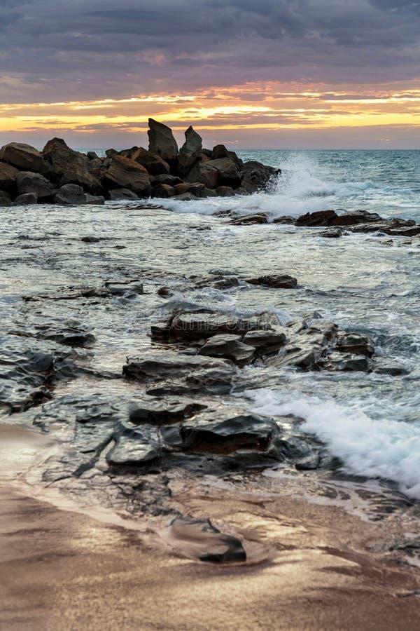在Opollo海湾,大洋路,维多利亚,澳大利亚的黎明 免版税图库摄影