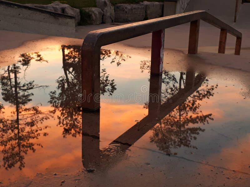 在Orangeville冰鞋公园的水坑反射 免版税库存照片
