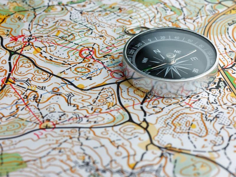 在orienteering的地图的指南针 免版税库存图片