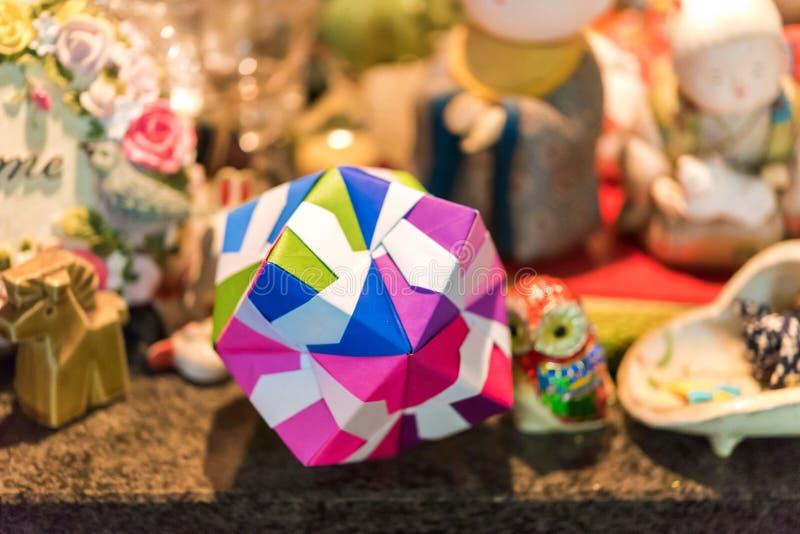 在origami技术的多彩多姿的立方体在京都,日本 特写镜头 免版税库存图片
