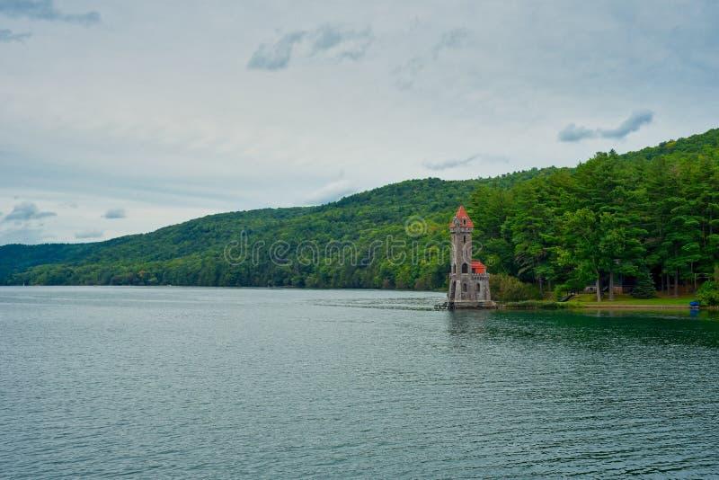 在Otsego湖,库珀斯敦的翠鸟塔 免版税图库摄影