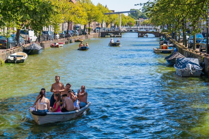 在Oudegracht运河的小船在阿尔克马尔,荷兰 图库摄影
