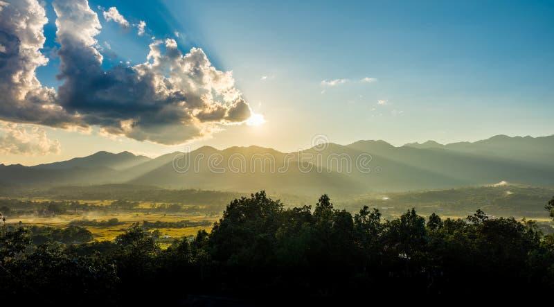 在Pai区使与日落和山脉的看法环境美化 免版税库存照片