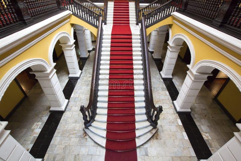 在Palace大主教的殖民地楼梯在利马,秘鲁 免版税库存照片