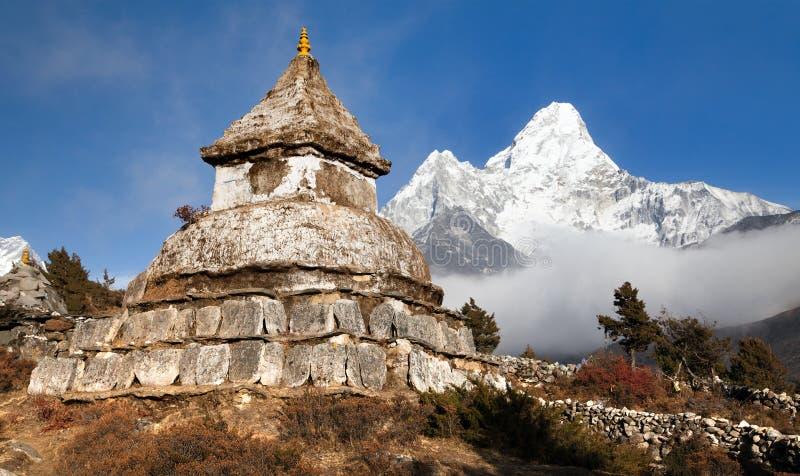 在Pangboche村庄附近的Stupa有登上的阿马Dablam 库存图片