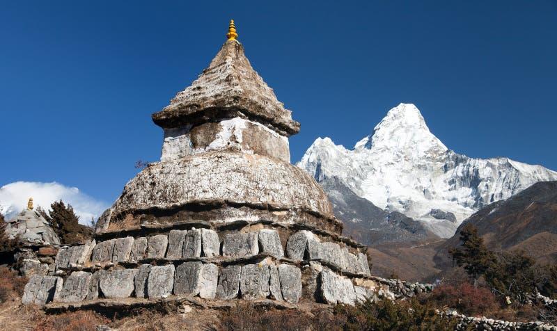 在Pangboche村庄附近的Stupa有登上的阿马Dablam 免版税库存照片