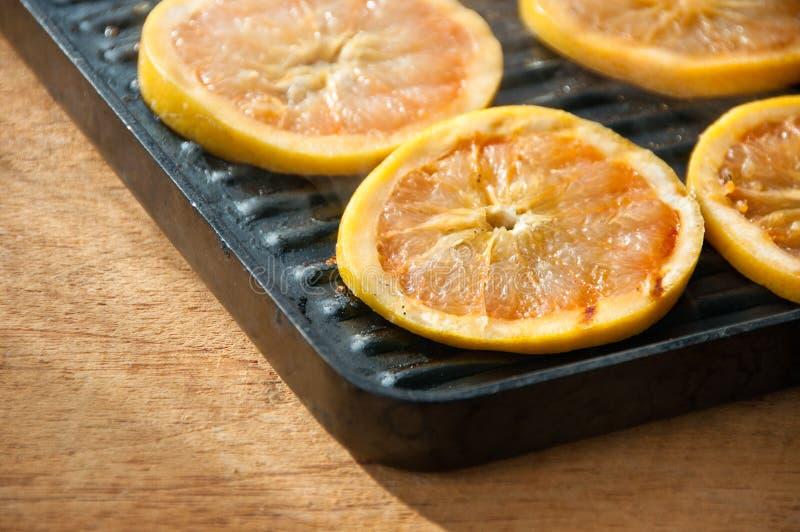 在panini平底锅的烤葡萄柚 免版税库存图片