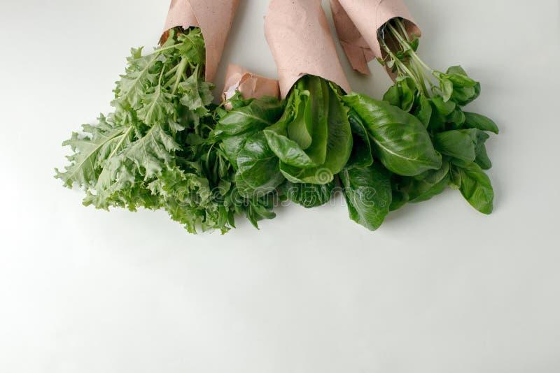 在papaerpackage,零的废素食主义者食物概念,拷贝空间,环境友好的背景,营养菜的新鲜的未加工的蔬菜 库存照片