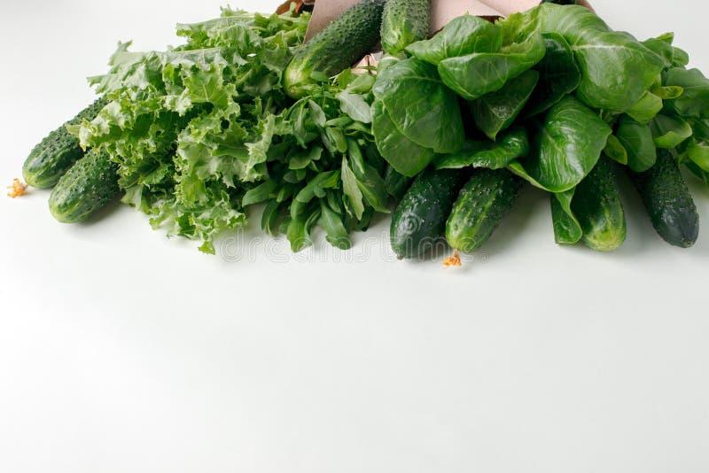 在papaerpackage,零的废素食主义者食物概念,拷贝空间,环境友好的背景,营养菜的新鲜的未加工的蔬菜 库存图片