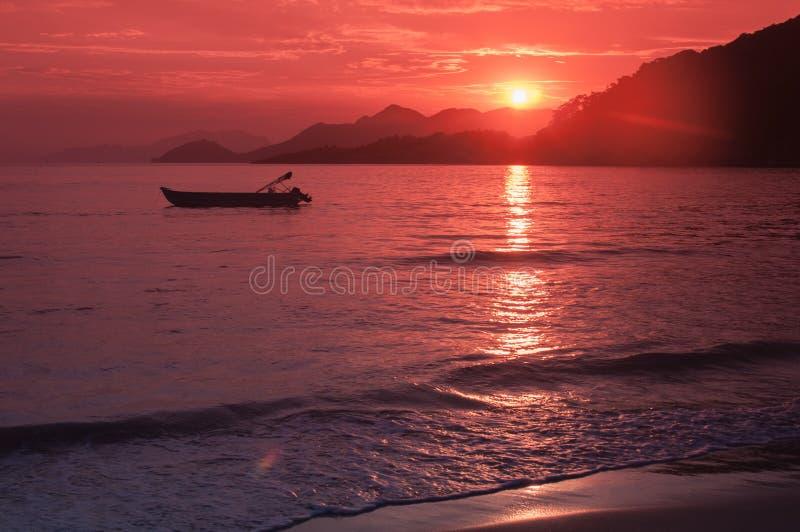 在Parnaioca海滩的金黄日落 免版税库存图片