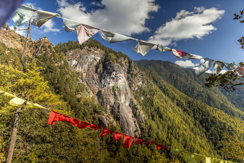 在Paro,不丹附近的著名老虎` s巢修道院 免版税库存照片