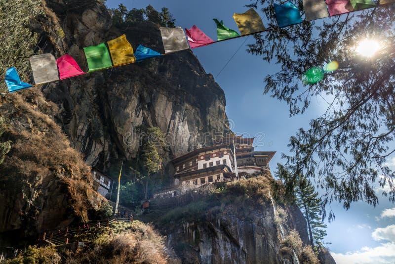 在Paro,不丹附近的著名老虎` s巢修道院 免版税图库摄影