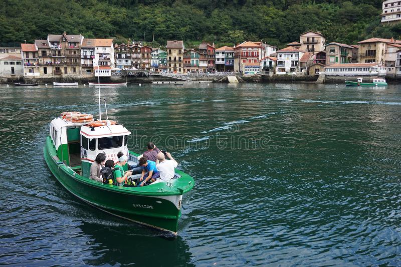 在pasaia海湾的小轮渡在巴斯克国家 免版税库存图片