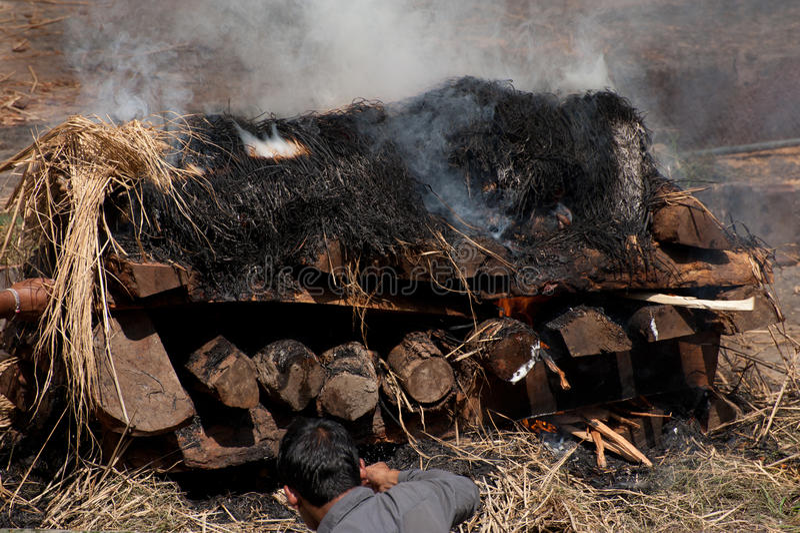 在Pashupatinath寺庙的火葬仪式。尼泊尔 免版税库存照片