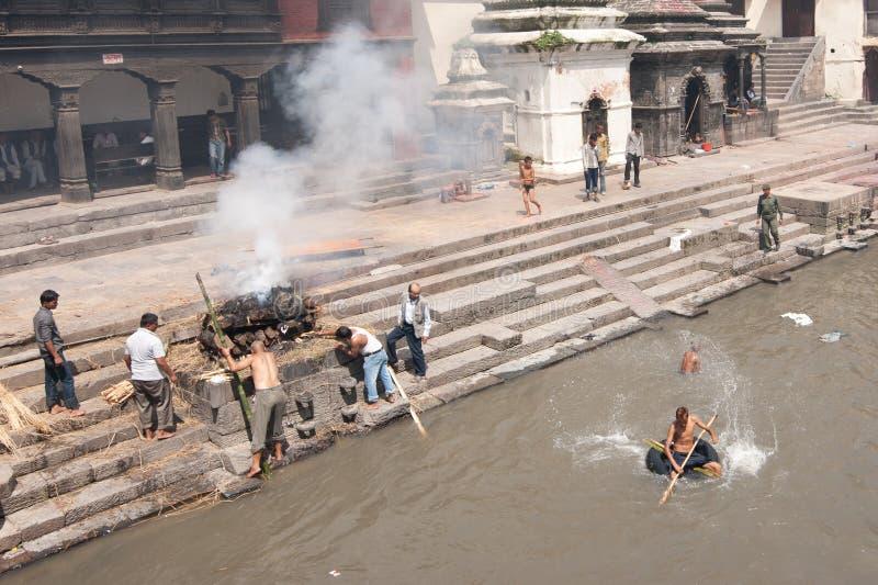 在Pashupatinath寺庙的火葬仪式。尼泊尔 免版税库存图片