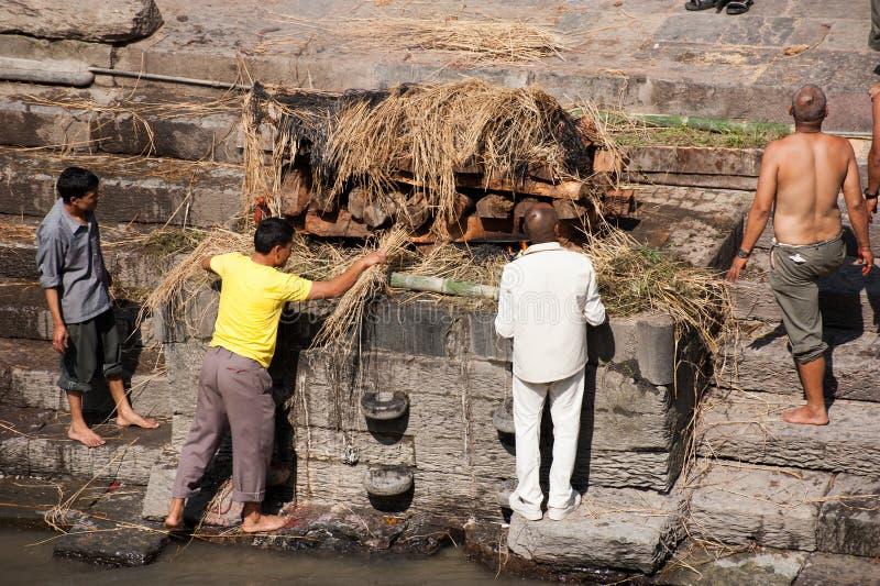 在Pashupatinath寺庙的火葬仪式。尼泊尔 库存图片