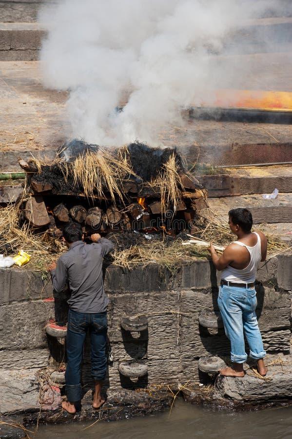 在Pashupatinath寺庙的火葬仪式 尼泊尔,加德满都 免版税库存图片