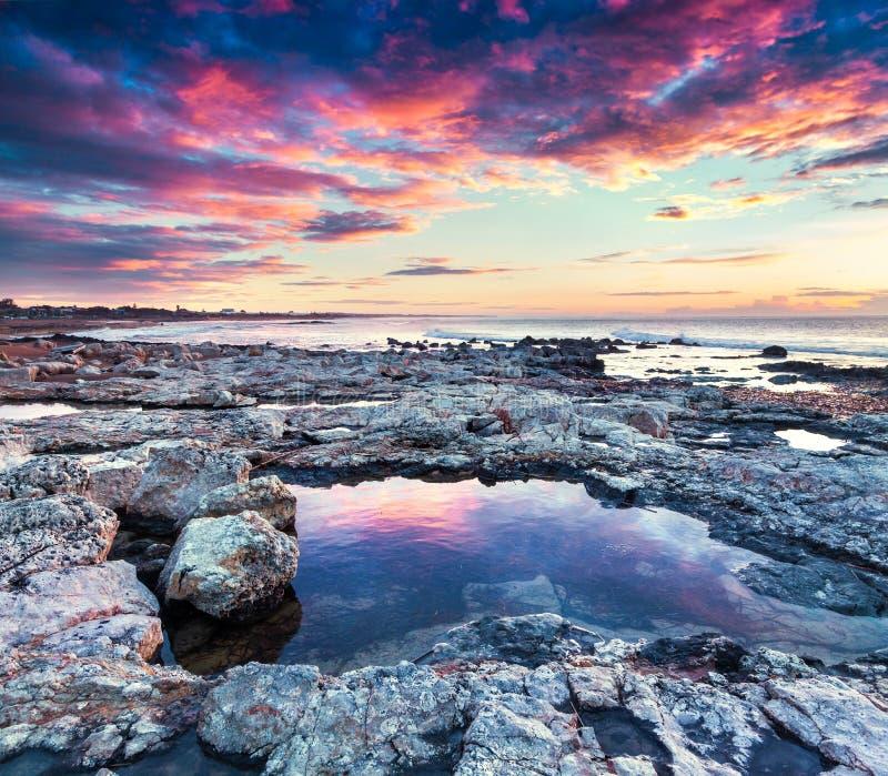 在Passero海角的剧烈的春天日出 免版税图库摄影