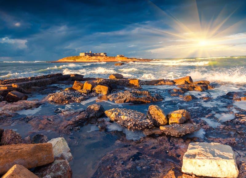 在Passero海角的剧烈的春天日出 库存图片