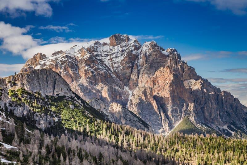 在Passo Falzarego的冷的黎明在春天,白云岩,意大利 库存图片