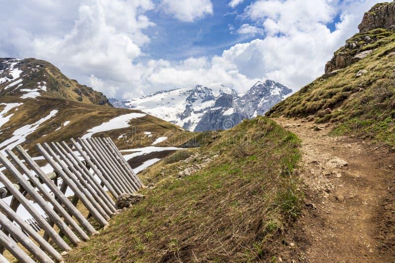 在Passo Pordoi附近的山行迹以马尔莫拉达山断层块为目的 E E 免版税库存照片