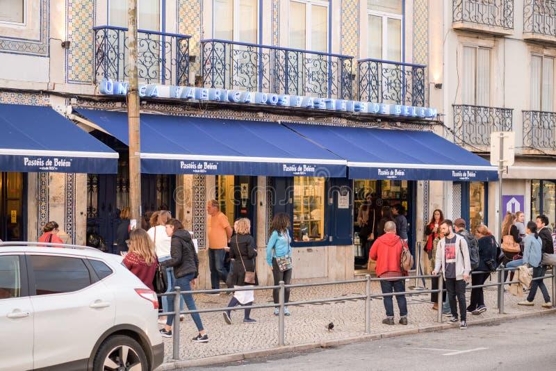 在Pasteis de贝拉母面包店前面的人们在里斯本 库存图片