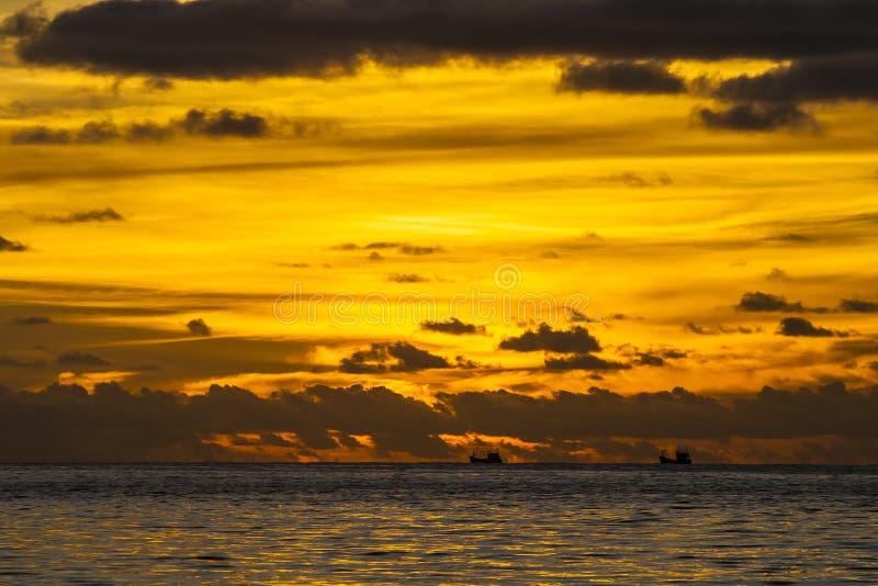 在Patong海滩,普吉岛,泰国的日落 免版税图库摄影