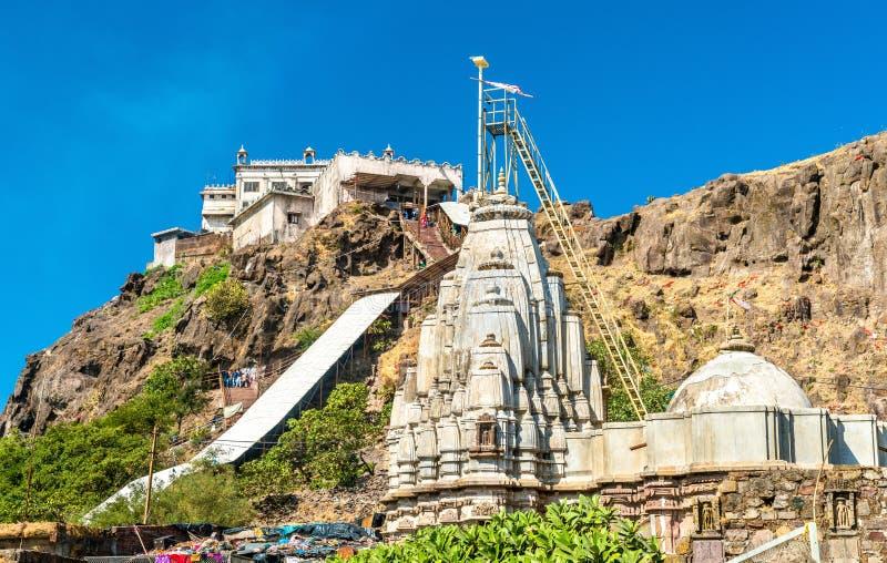 在Pavagadh小山和Suparshvanath老Digamber寺庙-古杰雷特,印度山顶的Kalika末多寺庙  免版税库存图片
