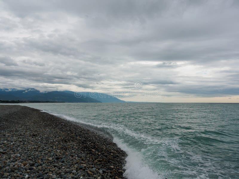在Pebble海滩的海波浪 库存照片