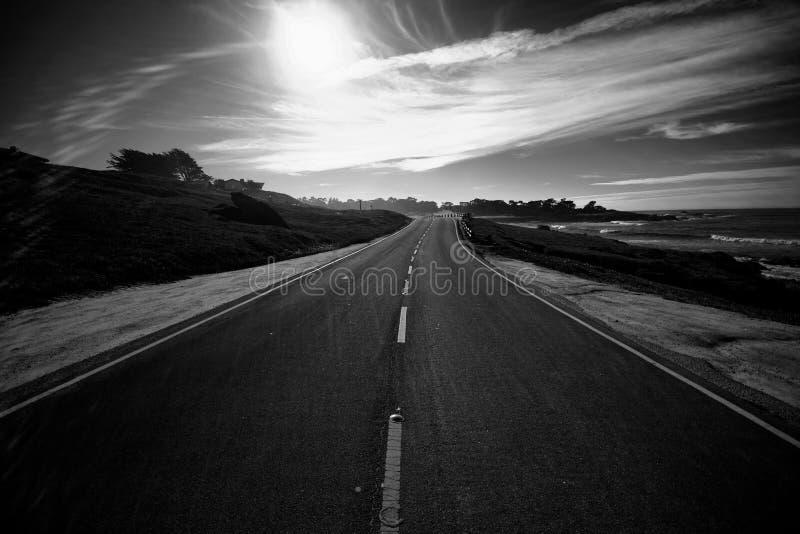 在Pebble海滩附近的沿海高速公路(黑色&白色) 图库摄影