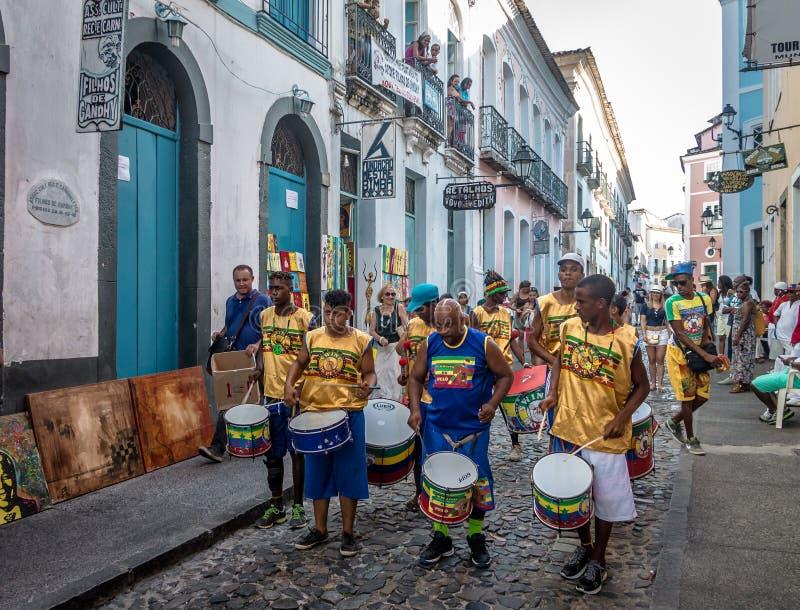 在Pelourinho -萨尔瓦多,巴伊亚,巴西街道上的巴西打鼓的小组  库存图片