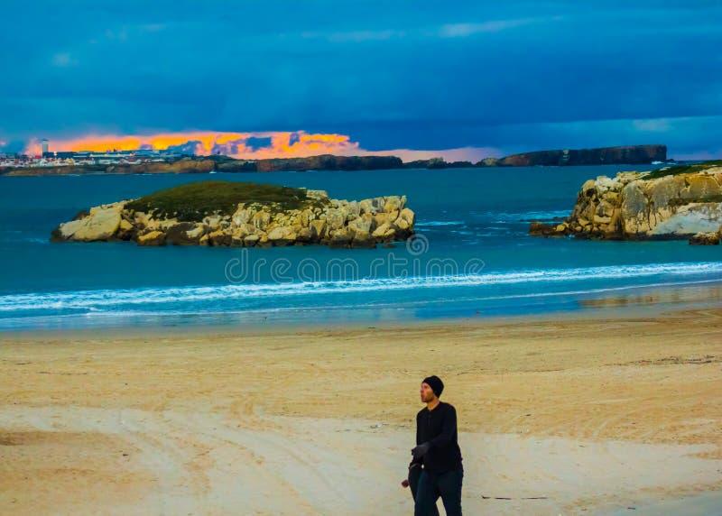 在Peniche,葡萄牙的多云日落,观看从Baleal南海滩 免版税库存图片