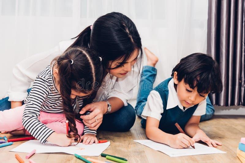 在peper t的愉快的儿童孩子男孩和女孩儿子幼儿园图画 库存照片