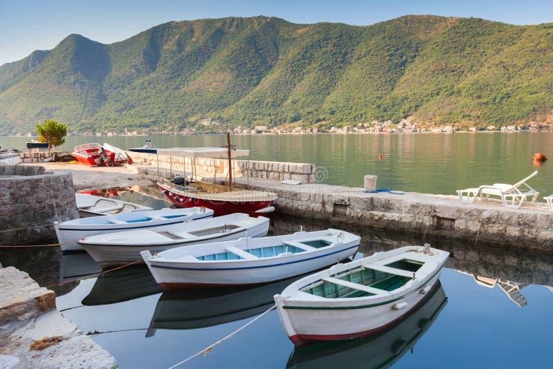 在Perast停泊的白色渔船浮游物 库存照片