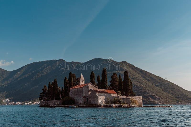 在Perast附近黑山村庄的海岛  免版税图库摄影