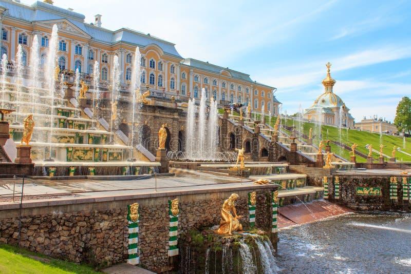 在Peterhof宫殿,圣彼德堡,俄罗斯的盛大小瀑布 免版税库存照片