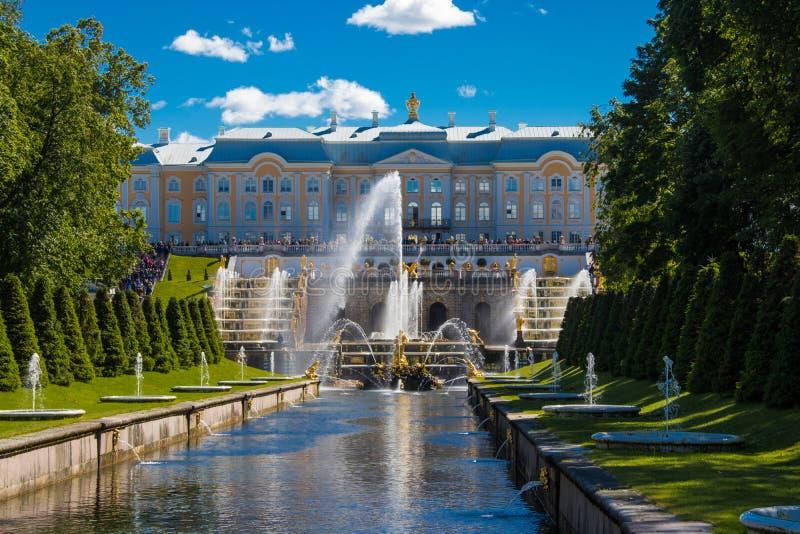 在Peterhof盛大宫殿的一个金雕象在圣彼德堡 免版税图库摄影