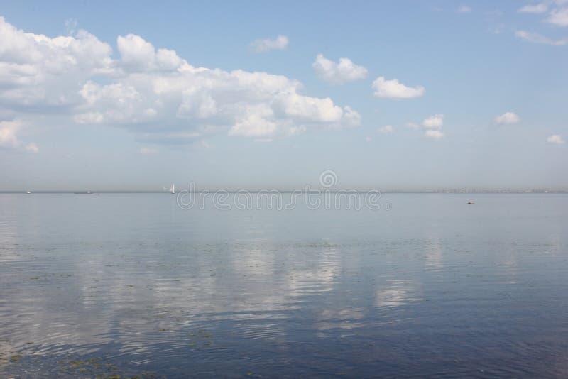 在Peterhof附近的夏天风景芬兰湾 库存图片