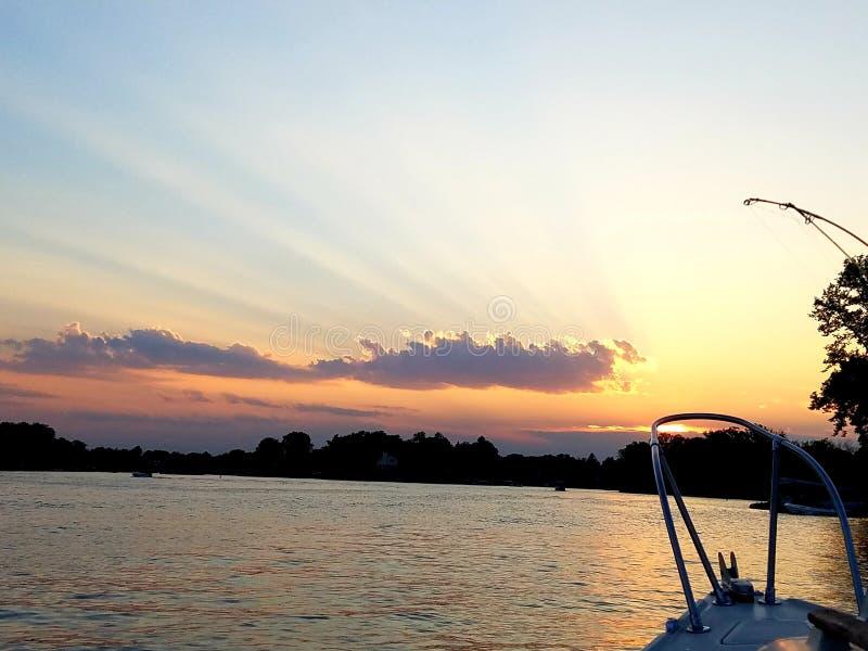 在pewaukee湖的日落 免版税库存照片