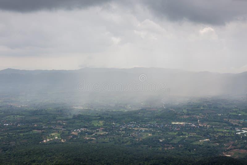 在Pha嗡嗡声煤斗,Thung Bua萨万Thung Dok Krachieo -猜也奔府,泰国的雨风暴 免版税库存图片