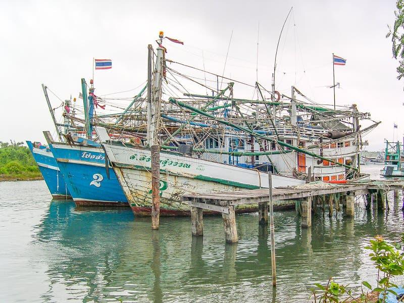 在Phang Nga海湾,泰国附近的渔夫小船 免版税图库摄影