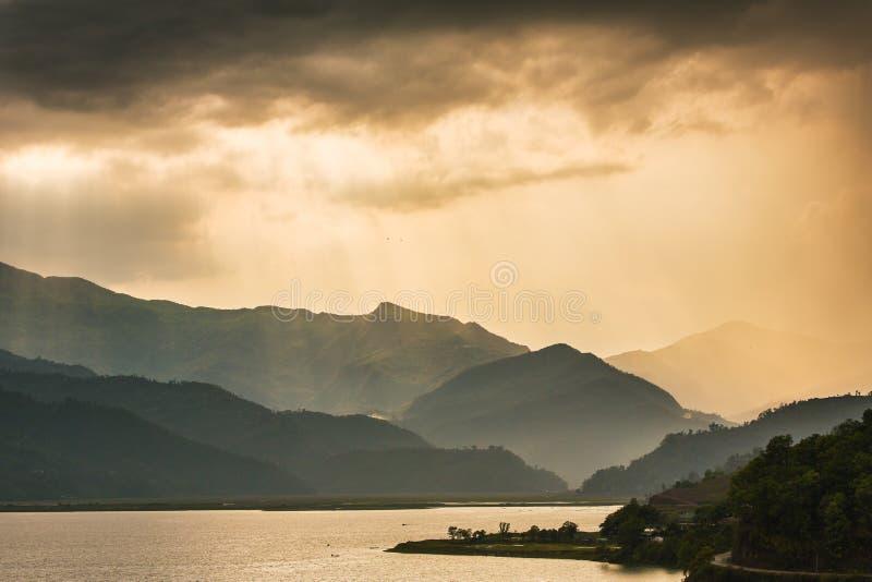 在Phewa湖的美丽的日落天空在博克拉 免版税库存照片