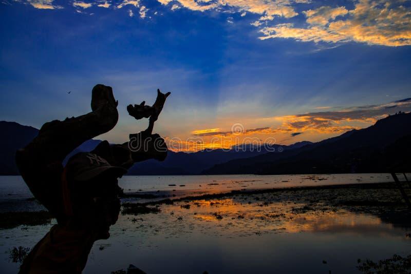 在Phewa湖,博克拉,尼泊尔的日落 库存照片