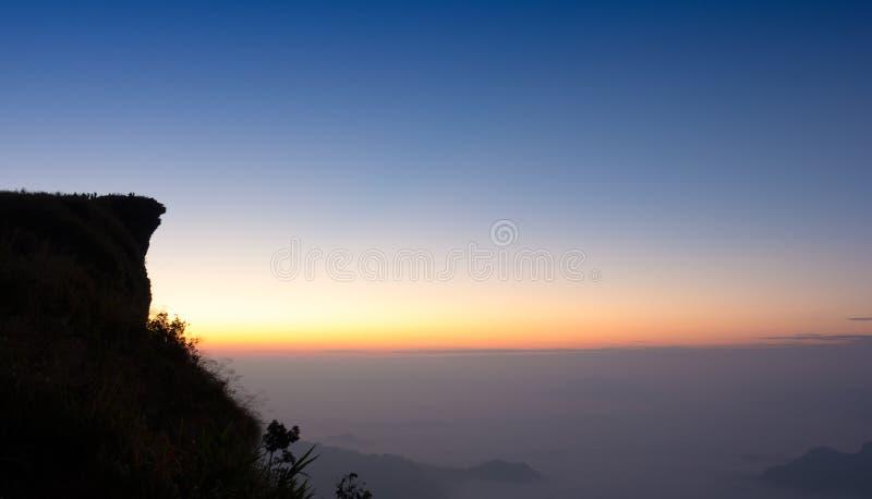 在phu池氏fa峭壁清莱泰国的太阳上升 库存照片
