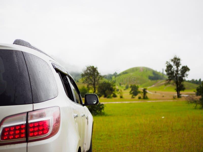 在Phu Khao Ya (草小山) Ranong,泰国弄脏背景白色汽车 图库摄影