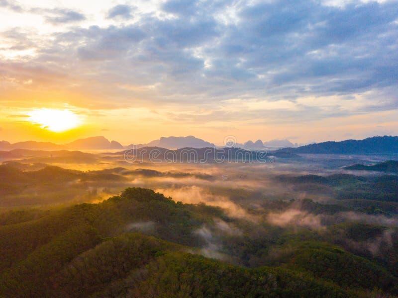 在Phu Ta大桶观点Phang Nga省的日出 库存照片