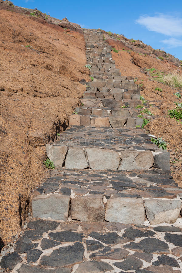 在Pico附近的美丽的山行迹道路做在马德拉岛海岛,葡萄牙上的Arieiro 库存图片