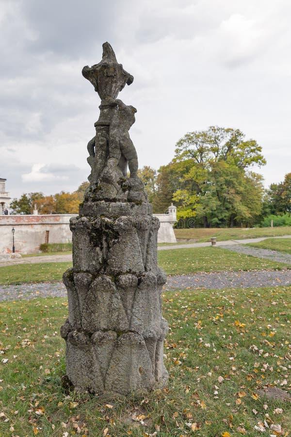 在Pidhirtsi城堡,西乌克兰的古老公园雕塑 免版税库存图片