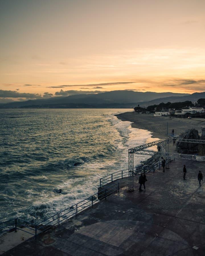 在Pietragrande海滩的日落 图库摄影